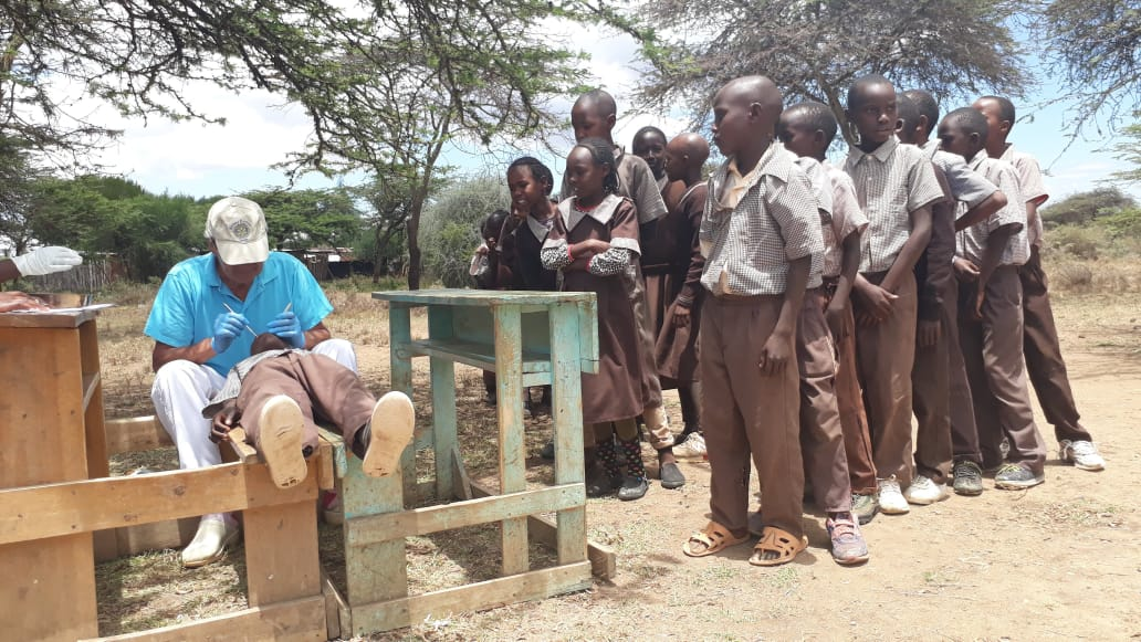Dr.Lars screening pupils for dental problems at Kianda primary school